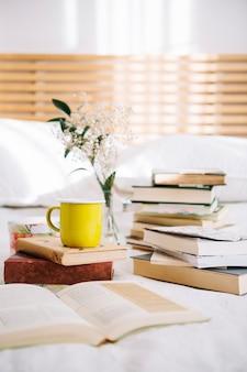 本の黄色のマグカップ