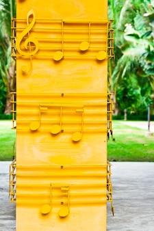 Желтые музыкальные ноты на желтом полюсе