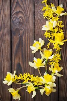 暗い木製の背景に黄色い水仙