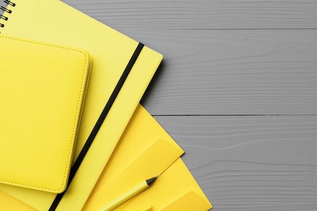 회색 나무에 노란색 메모장