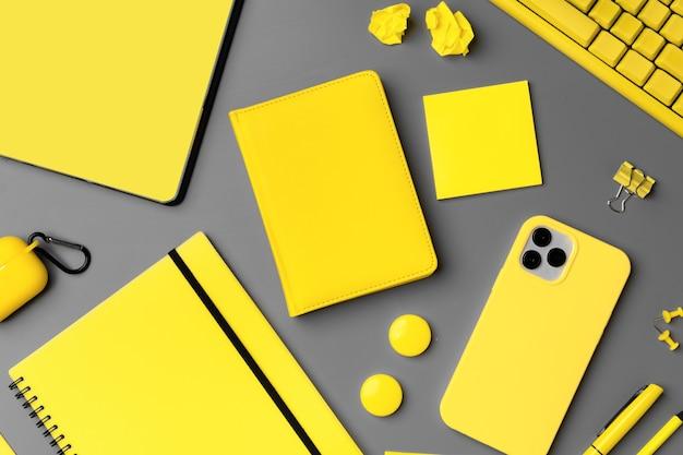 스마트 폰 및 펜 회색에 노란색 메모장