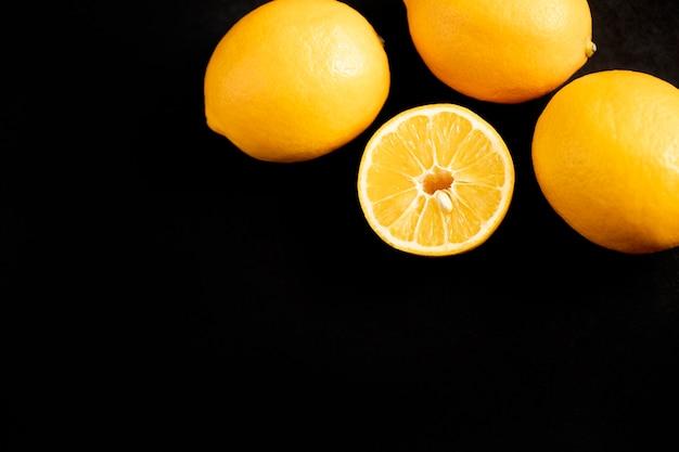 黄橙色。コピースペースと黒の背景にオレンジのフレーム