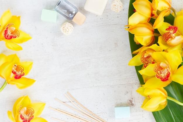 黄色い蘭の花spaflatは、白い老化した背景にフレームを置きます