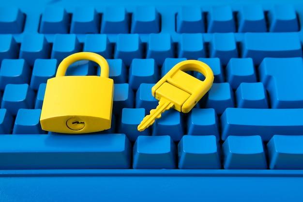 Желтый замок и ключ и синяя клавиатура