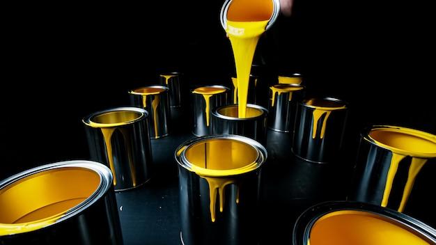 금속 양동이의 노란색 페인트입니다. 평면도