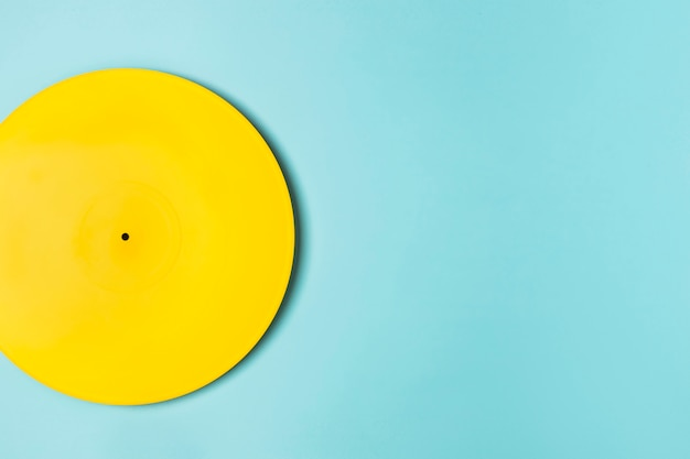 Желтая виниловая композиция с копией пространства