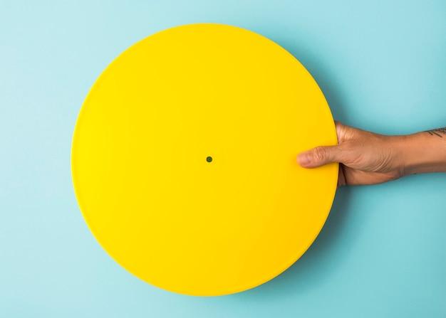 黄色に塗られたビニールの配置