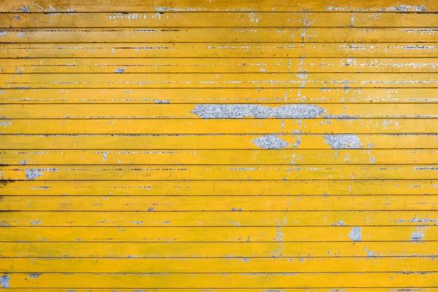 노란색으로 칠해진 풍화 차고 문