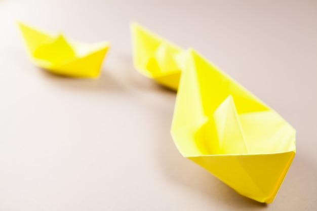 테이블에 노란 종이 배