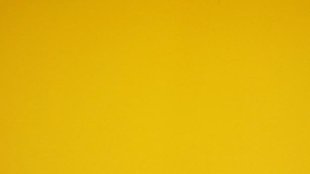 背景の黄色い紙。それは空のスペースであり、人はいない。
