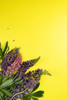 꽃 루핀으로 만든 장식이 있는 텍스트를 위한 노란색 종이 모형