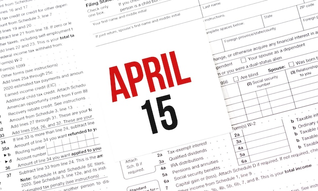단어가있는 노란 종이 노트 4 월 15 일