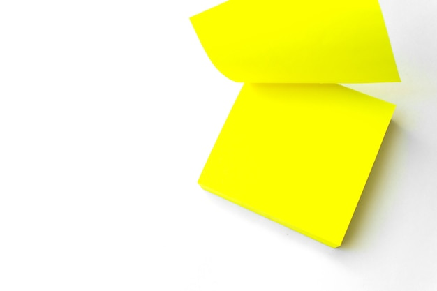노란 종이 노트. 흰색 배경에 대해 노란색 미리 알림 참고입니다. 확대. 빈 노란색 스티커 메모
