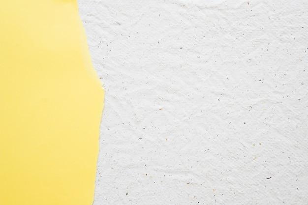 白い古いテクスチャの背景に黄色の紙