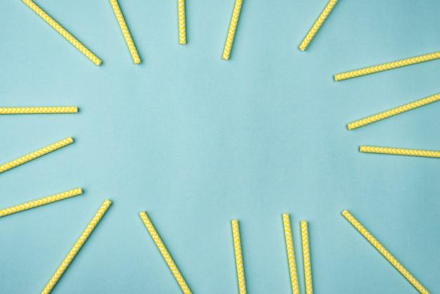 黄色い紙ストローフラットレイ