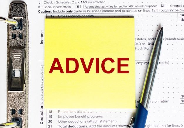 Желтая бумага с текстовым советом. бизнес-концепция.