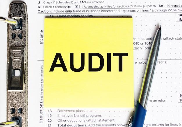 テキスト監査付きの黄色い紙。ビジネスと財務の概念。