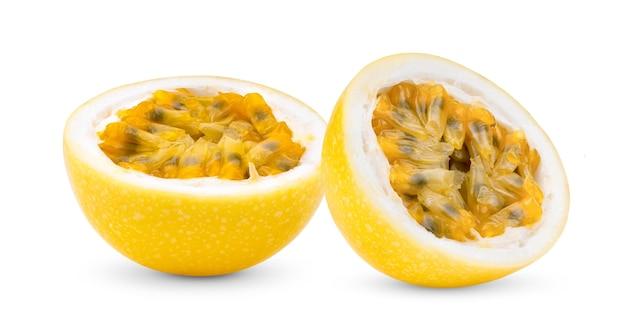 白い背景で隔離の黄色のパッションフルーツ