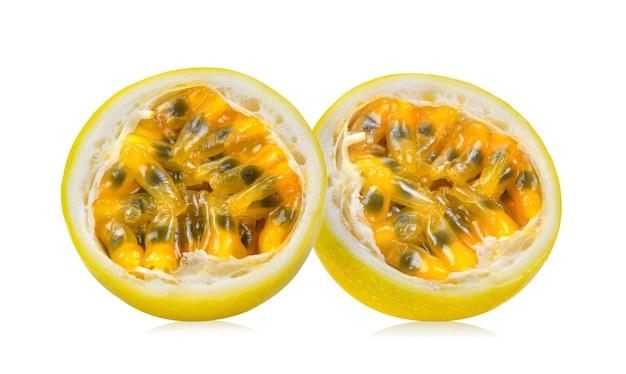白い表面に分離された葉を持つ黄色のパッションフルーツ