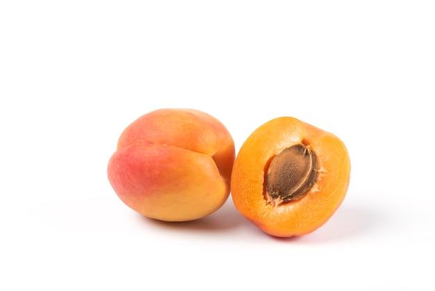 Желтые персики, изолированные на белом фоне