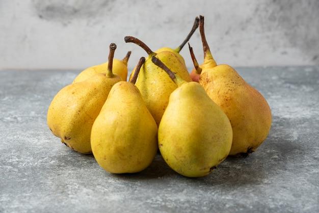 コンクリートのテーブルの在庫の黄色い梨。