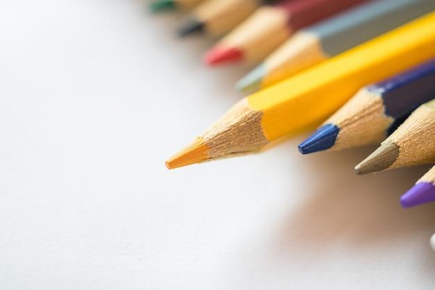 Желтый карандаш выделяется среди других цветных карандашей.