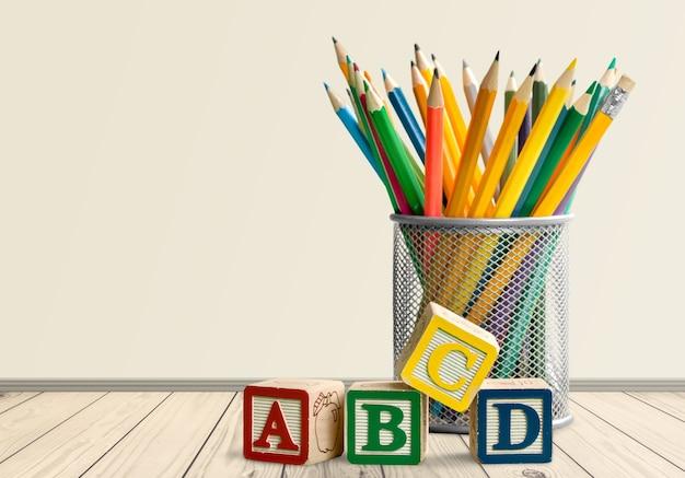 学校に戻るための黄色の鉛筆とabcブロック