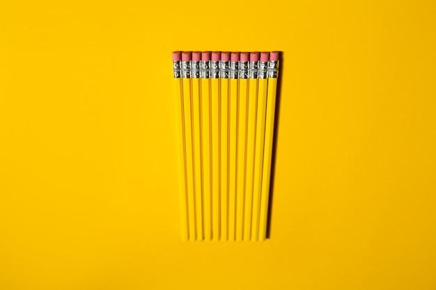 노란색 바탕에 노란색 연필