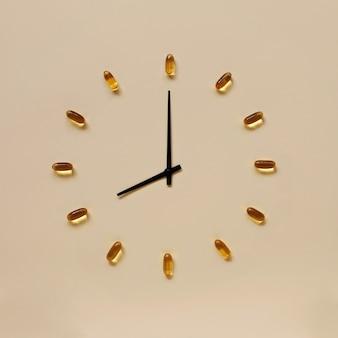 時計の文字盤のように配置された黄色の錠剤と黒いインジケータ