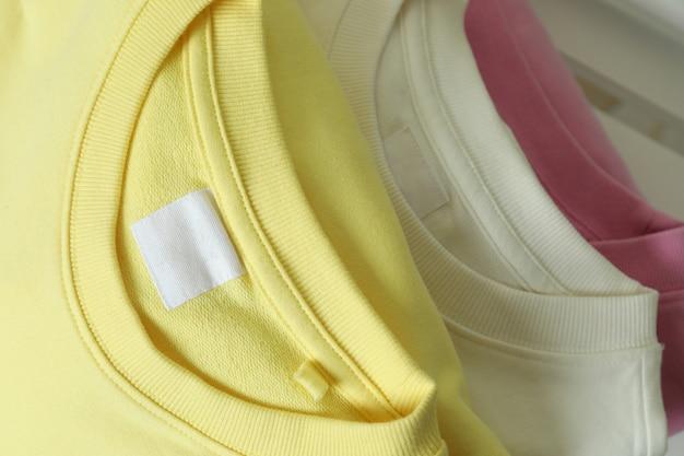 Желтые, розовые и белые кофты, крупный план