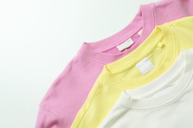 Желтые, розовые и белые толстовки