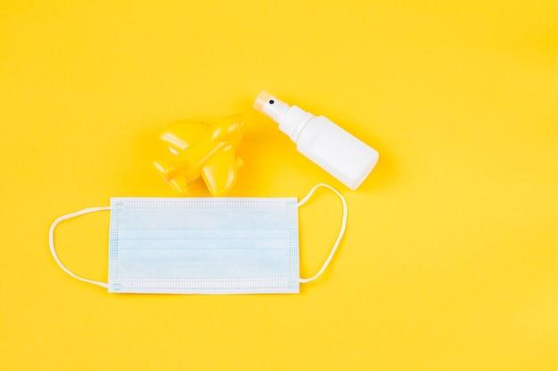 Желтый самолет, стерилизатор для рук и защитная маска