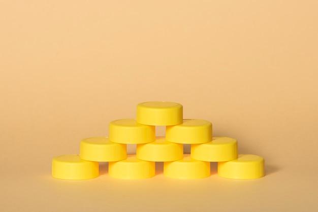 피라미드 모양의 노란색 플라스틱 병 뚜껑