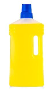 흰색 배경에 분리된 손잡이와 액체 세탁 세제, 세제, 표백제 또는 섬유 유연제가 있는 노란색 플라스틱 병