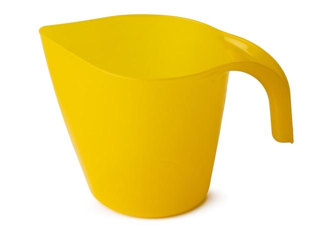 Желтый пластиковый бытовой ковш, изолированные на белом