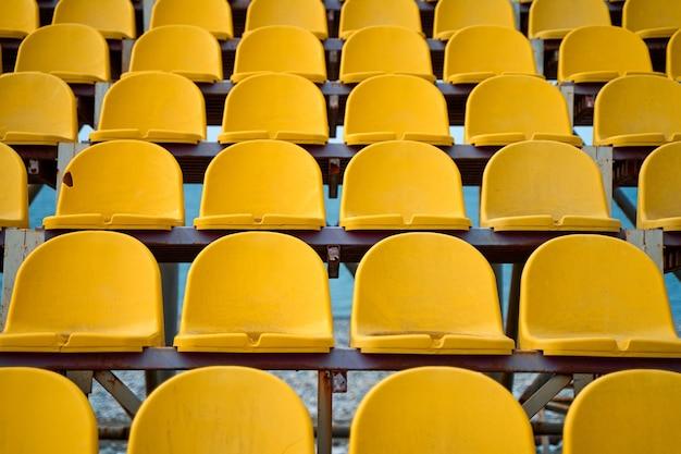 작은 운동장의 연단에 노란색 플라스틱 시트