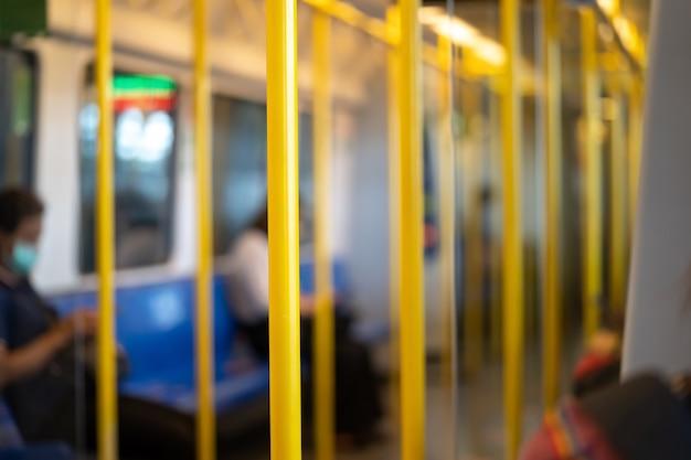 Желтый столб для пассажира, который должен держать во время транспортировки в поезде airport rail link.