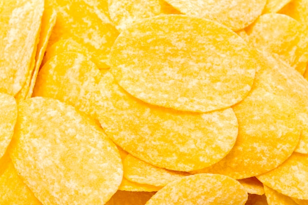 노란 감자 칩 흰색 절연