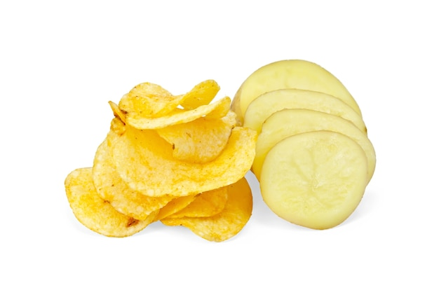 スライスした黄色いジャガイモ、白い背景に分離されたポテトチップス
