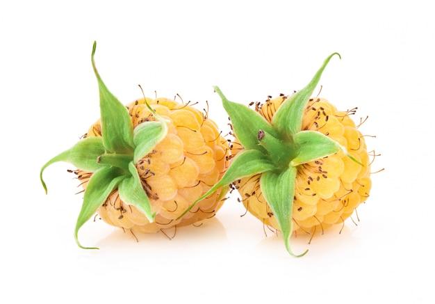 Желтая малина, изолированная на белом