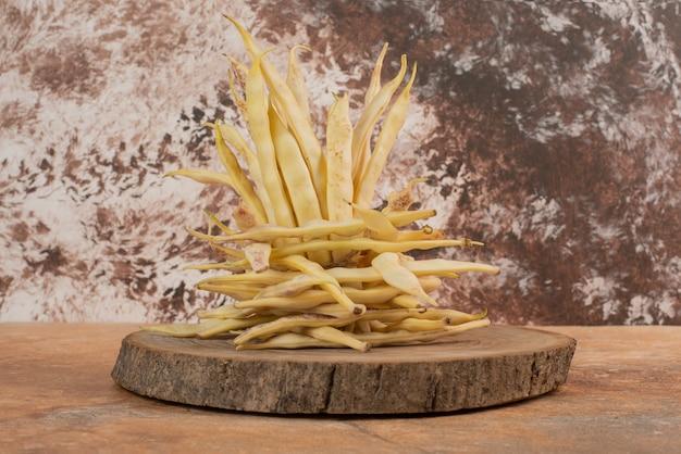 木の板に黄色い生豆。