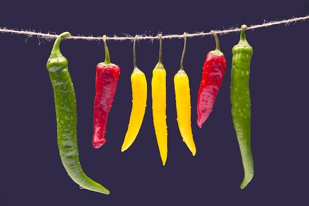 Желтый, красный и зеленый острый перец чили. перец. растительное витаминное питание.