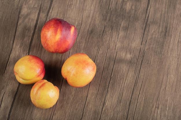 ウッドデッキに黄色い赤みがかった桃。