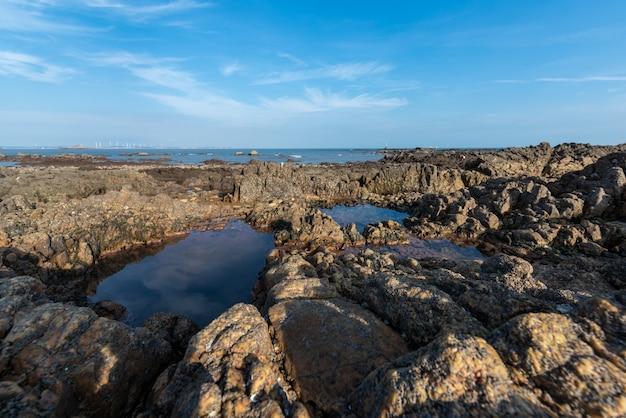 Желтый риф и море под голубым небом