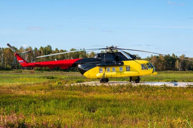 도시 외곽에 있는 노란색 구조 의료 헬리콥터.