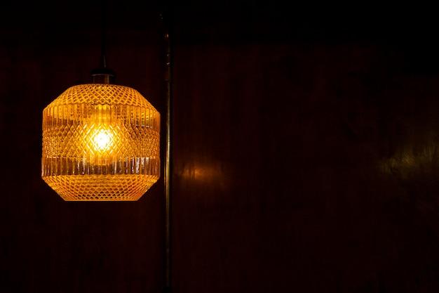 黄色のレトロな照明器具。コンクリートの背景。