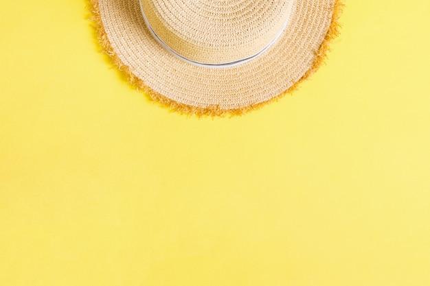 黄色のレトロな麦わら帽子のトップビュー