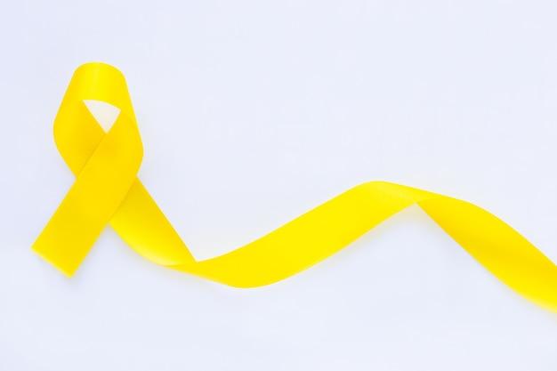 白い孤立した背景、コピースペースに黄色いリボン。骨肉腫、肉腫の認識、小児がんの認識、胆管癌、胆嚢癌、世界自殺予防デー。