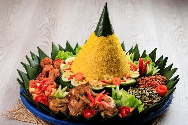 원뿔 모양의 노란 쌀. 인도네시아에서