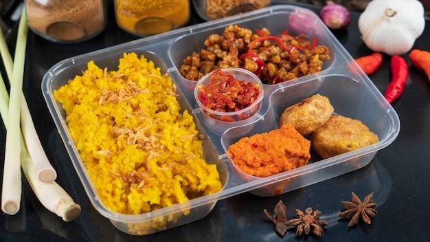 イエローライスまたはナシクニンは、商業包装用の伝統的なインドネシア料理です